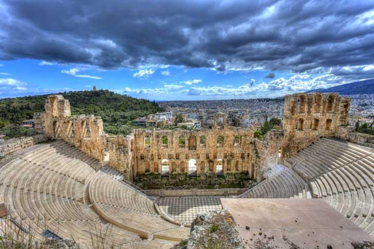 Odeón de Herodes Ático situado a los pies de la Acrópolis